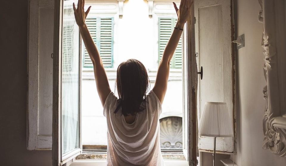 Mantenha os espaços arejados - O ar condicionado, o ventilador ou até uma ventoinha podem ser soluções para tornar os espaços mais frescos e agradáveis para desfrutar das brincadeiras a dois. Mas, se não existem, abra as janelas e as portas das varandas e deixe a brisa entrar.
