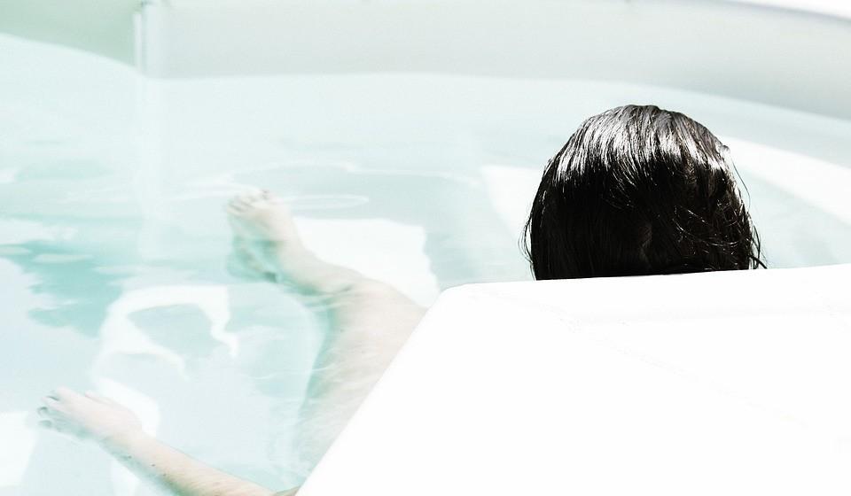 Aproveite os espaços com água - A banheira, o duche, o jacúzi ou a piscina são locais bem refrescantes e ideais para momentos de prazer. Se preferir e tiver oportunidade, dê uns mergulhos com o seu parceiro e aproveite a água do mar.