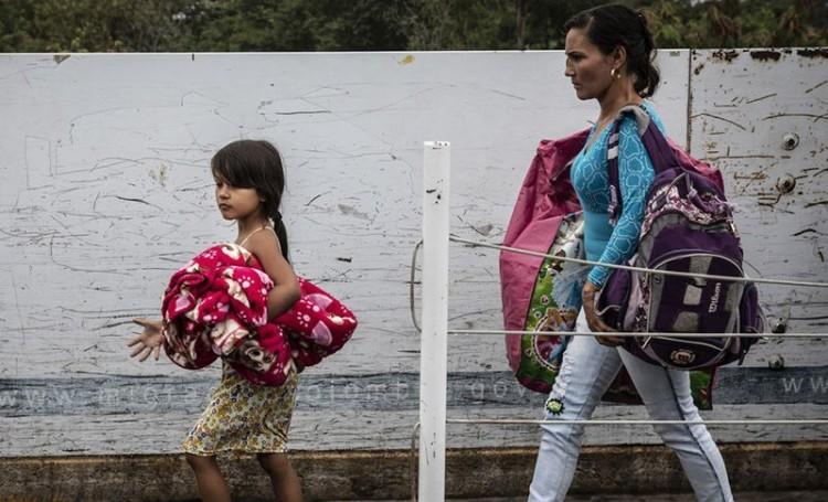Foto:  Acnur/Siegfried Modola | Crianças venezuelanas atravessam a ponte Simon Bolivar, para entrar na Colômbia