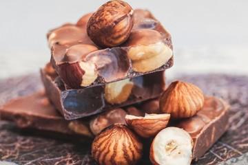 BRANCO, DE LEITE OU NEGRO? CONHEÇA A TABELA NUTRICIONAL DO CHOCOLATE slider