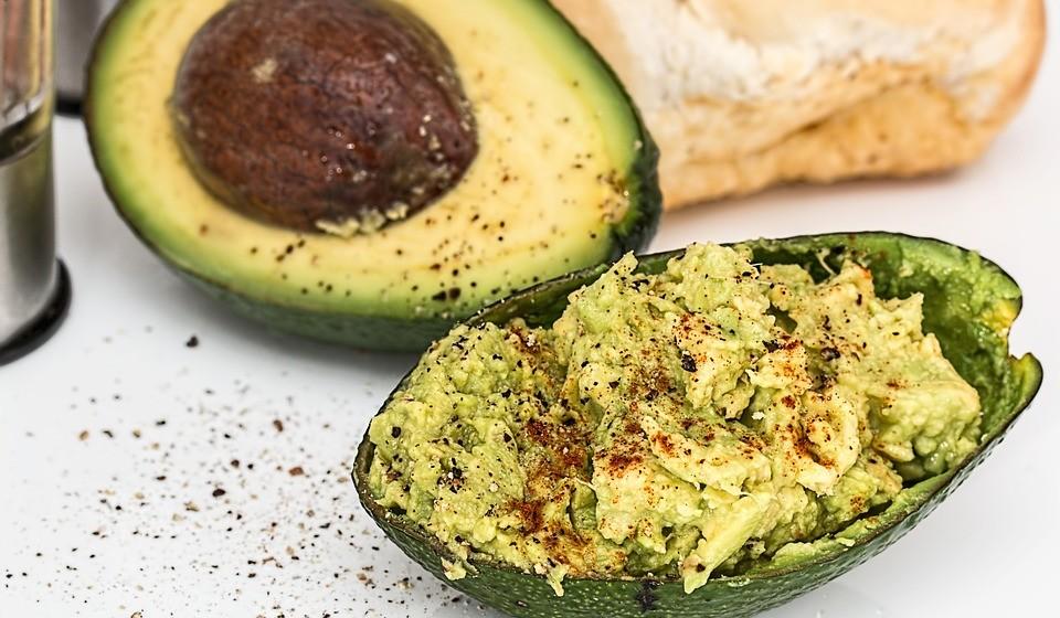 Guacamole e bolachas - Os abacates são uma excelente fonte de gorduras monoinsaturadas, fibras e potássio, que podem promover a saúde do coração. Prepare o seu guacamole com abacate, cebola, alho e sumo de limão e consuma-o com bolachas integrais para um lanche saudável.