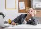 mulher desmotivada a trabalhar
