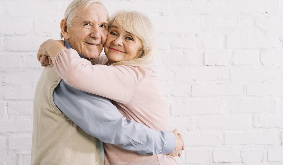 Confira 8 dicas para manter uma vida sexual ativa após os 60 anos, segundo Irina Rodrigues, especialista em Sexologia Educacional e diretora da Flame Love Shop.