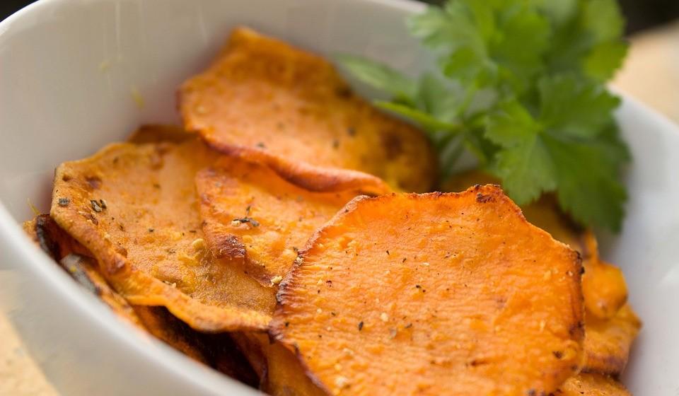 Chips no forno - Chips assados feitos de vegetais fatiados são um delicioso lanche vegano. Dependendo do tipo de vegetal, os chips vegetarianos fornecem uma variedade de nutrientes. Por exemplo, as cenouras têm vitamina A, enquanto que as de beterraba são ricas em potássio e folatos. As de batata doce são muito populares e ricas em nutrientes.