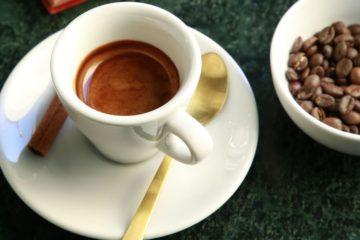 A cafeína é a substância psicoativa mais consumida mundialmente, especialmente por ser um estimulante para o sistema nervoso central. Assim sendo, diminui a fadiga e aumenta o estado de alerta. Por esse motivo, se eliminar o café da sua vida ou não o consumir durante muitas horas, pode começar a sentir sintomas de abstinência. Conheça-os de seguida.