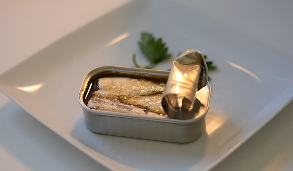 Peixe gordo – Lembra-se de quando as sardinhas eram consideradas más para a saúde? Essa ideia já foi ultrapassada há algum tempo. Atualmente, os peixes gordos são considerados muito saudáveis, seja a sardinha, o salmão, a truta ou a cavala. São peixes repletos de ómega 3, proteínas de alta qualidade e todo o tipo de nutrientes. Estudos mostram que as pessoas que comem peixe com frequência são mais saudáveis, com menor risco de desenvolver doença cardíaca, depressão, demência ou outras doenças mais comuns.