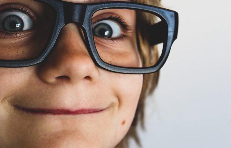 Cuidados redobrados com a saúde da visão das crianças em idade escolar