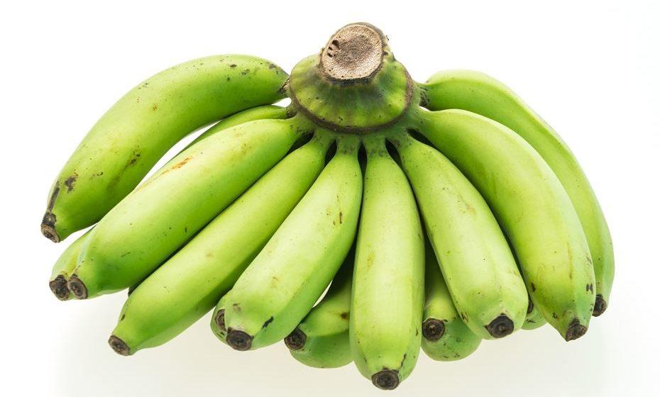 As bananas são extremamente saborosas e são um alimento muito fácil de comer. Além disso, são ricas em muitas vitaminas e minerais essenciais. A maioria das pessoas come as bananas quando estas estão amarelas (maduras), mas ao que parece comer bananas verdes também é seguro. Saiba porquê aqui.