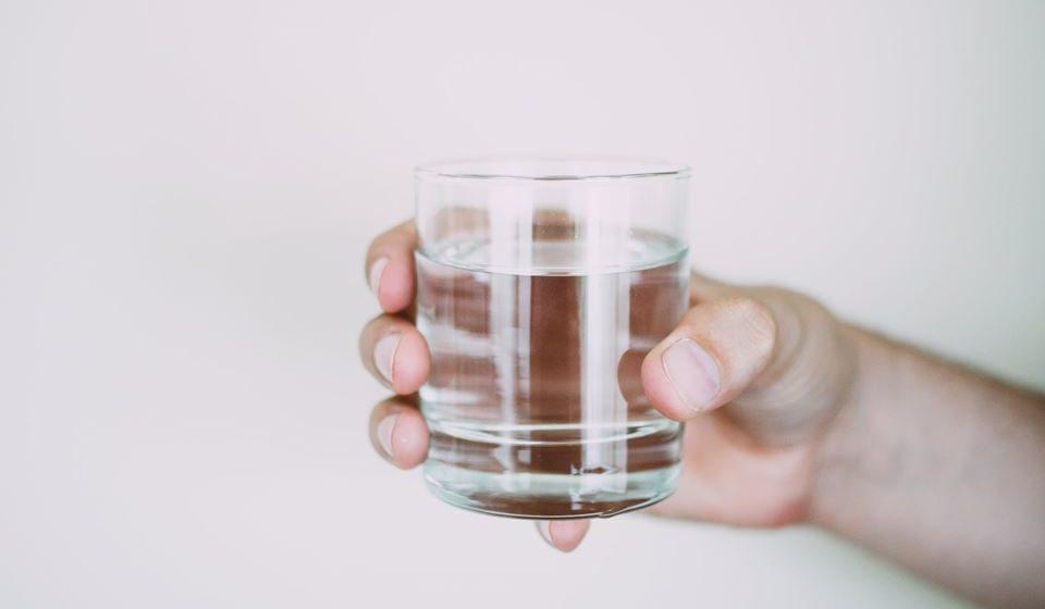 Vá bebendo água ao longo do dia, de forma a garantir que não falha, faça por beber pelo menos um copo de água a cada refeição.