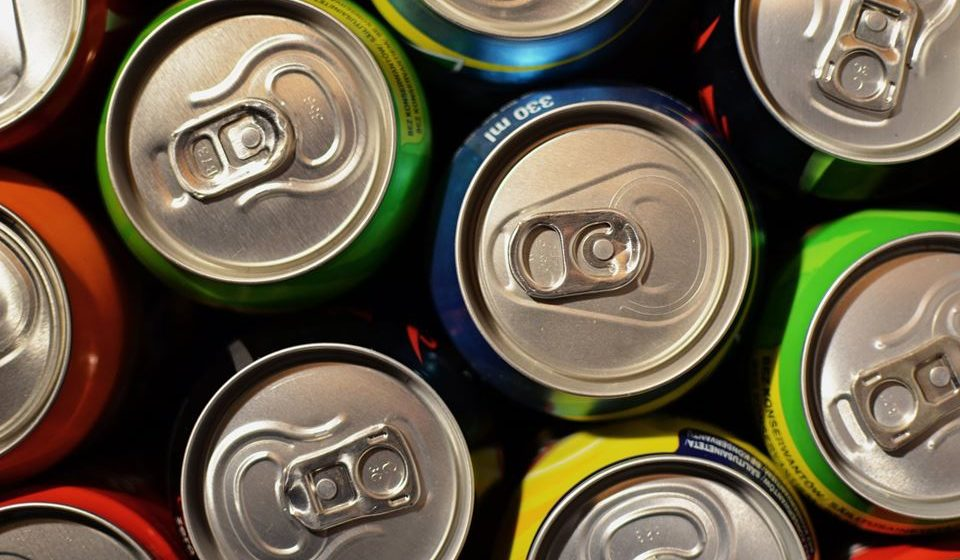 Não opte por refrigerantes, álcool e bebidas com cafeína, estas podem ter um efeito contrário na hidratação, promovendo o ganho de peso, as insónias e até mesmo a desidratação.