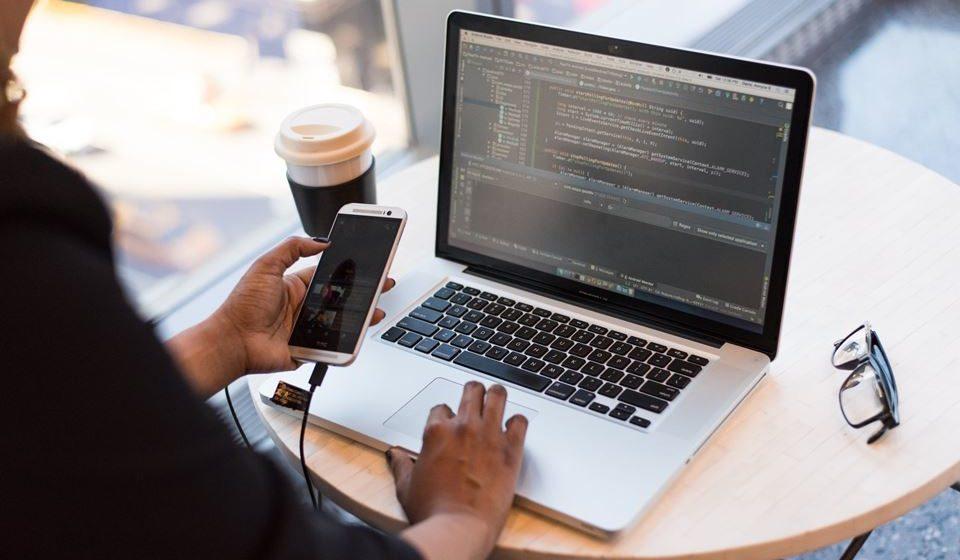 Proteger todos os dispositivos da empresa – incluindo telemóveis, portáteis e tablets – com um software de segurança adequado (por exemplo, com uma solução que permita eliminar dados de aparelhos que sejam declarados como perdidos ou roubados, que separe a informação pessoal da profissional e que restrinja as aplicações que podem ser instaladas).