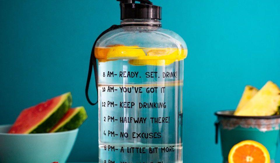 Estabeleça objetivos. Proponha-se a beber por exemplo um litro de água até à hora de almoço ou dois litros durante todo o horário de trabalho.