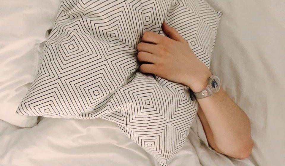 Não leve problemas para a cama. Registe (num papel, por exemplo) o que não fez hoje e pense que resolve isso amanhã.