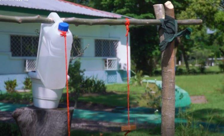 OMS ensina a criar uma torneira para acesso a água limpa em qualquer lado