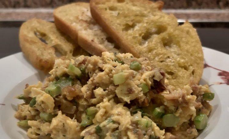 Ovos mexidos com alheira, espargos e tostas fritas em azeite