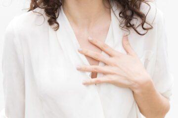 Mulher com mão no peito