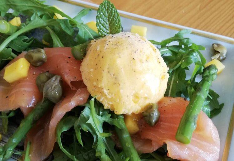 Salada de salmão fumado, verdes e sorvete de manga