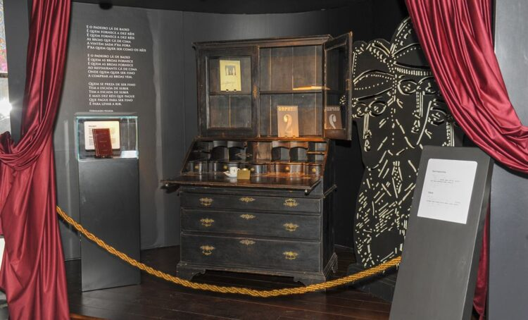 Escrivaninha de Fernando Pessoa e uma rara primeira edição da Mensagem em exposição no Museu do Pão