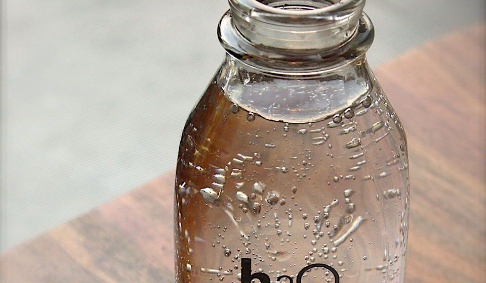 Se mantiver garrafas usadas abertas em casa, deve guardá-las de cabeça para baixo.