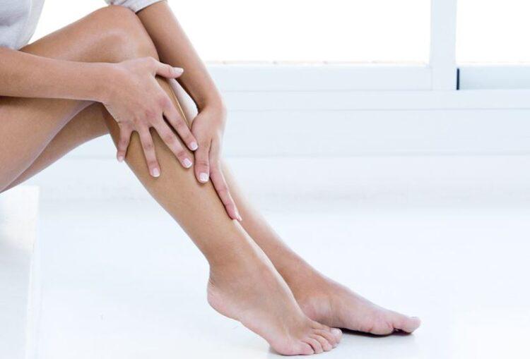 Pernas inchadas, vermelhidão e calor: perceba agora para evitar complicações no inverno