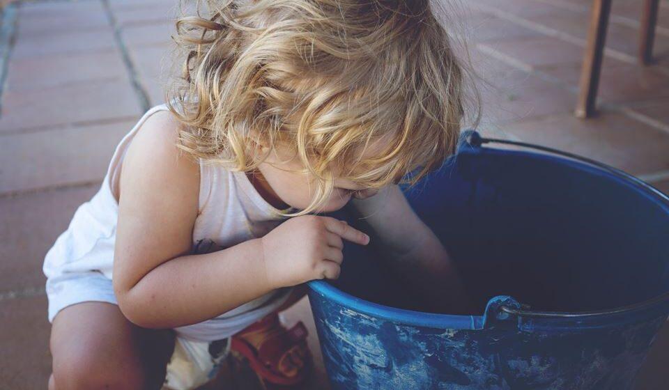 Deve manter tapados todos os baldes e barris com água.