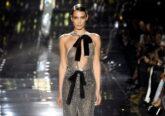 Quando se julgava que neste imprevisível 2020 a moda se iria dedicar a looks mais neutros e minimais, eis que ela nos surpreende com um muito necessário twist celebratório.