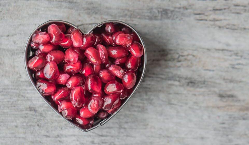 As doenças cardiovasculares são responsáveis por 45% das mortes que ocorrem anualmente na Europa. Apesar de alguns fatores de risco terem diminuído nos últimos anos, tais como o tabagismo e os níveis de colesterol, a obesidade e a diabetes continuam a aumentar. A nutricionista Carolina Pinto ajuda-nos a perceber como a alimentação pode ajudar a prevenir estas doenças.