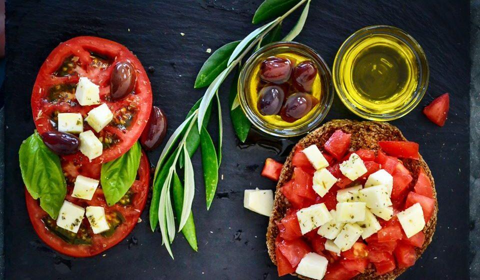 A dieta mediterrânica é uma boa opção para seguir já que enfatiza a ingestão de alimentos de origem vegetal como fruta, legumes, leguminosas e frutos secos.