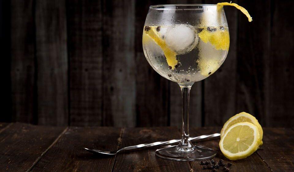 Deve evitar o consumo de bebidas alcoólicas e de bebidas com cafeína, mantendo-se hidratado ao longo do dia.