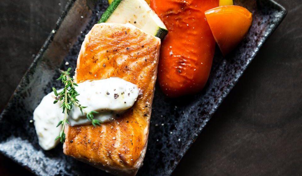 Outro nutriente bastante útil na prevenção das doenças cardiovasculares é o ómega-3, que reduz as arritmias e inflamação e melhora a disfunção endotelial e está presente nos peixes gordos como o salmão e a sardinha.