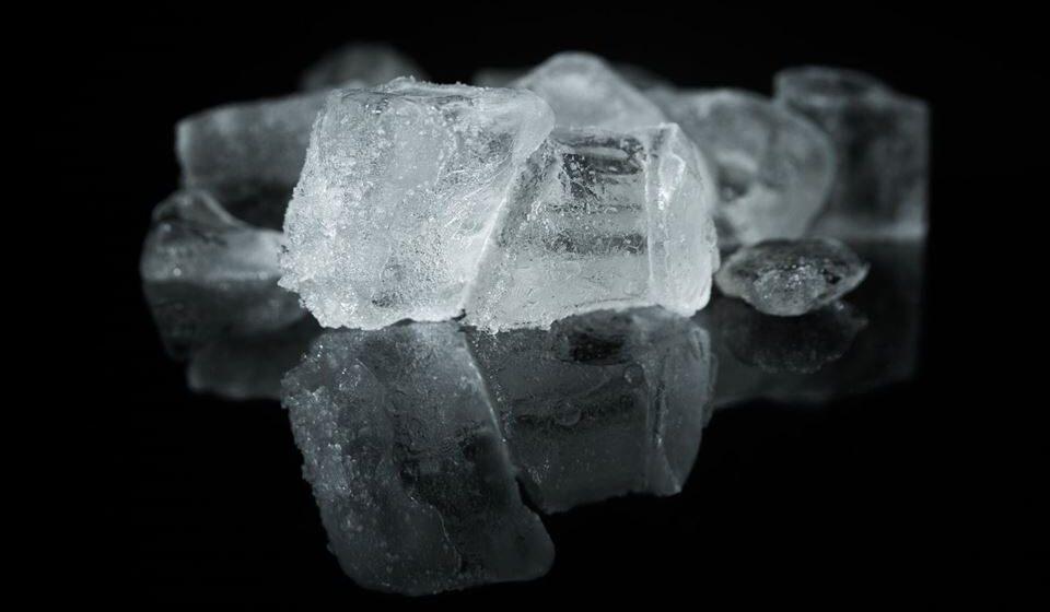Compressas frias, gelo ou bandas de frio são boas opções para colocar na cabeça, região frontal e têmporas.