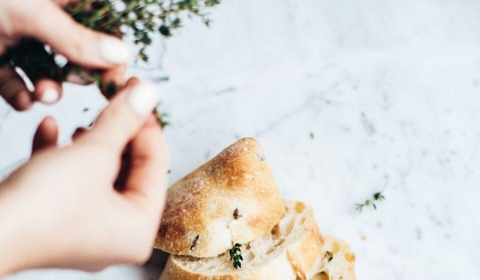 Deve também reduzir a utilização do sal e optar antes por ervas e especiarias, que ajudam a dar sabor aos alimentos e não são tão prejudiciais.
