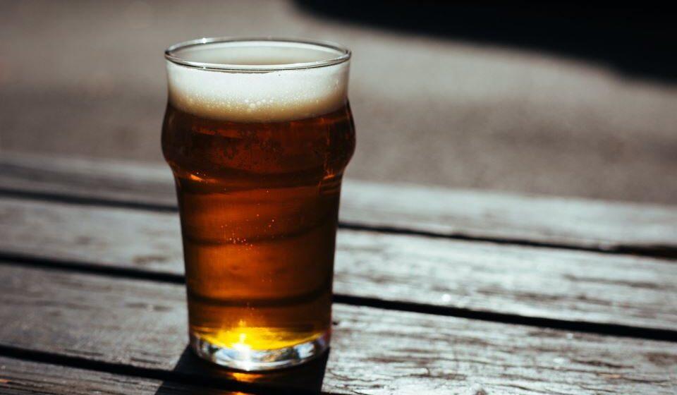 Evitar o consumo excessivo de álcool e optar pela dose recomendada de vinho tinto, conhecido pelas suas propriedades para uma vida saudável.