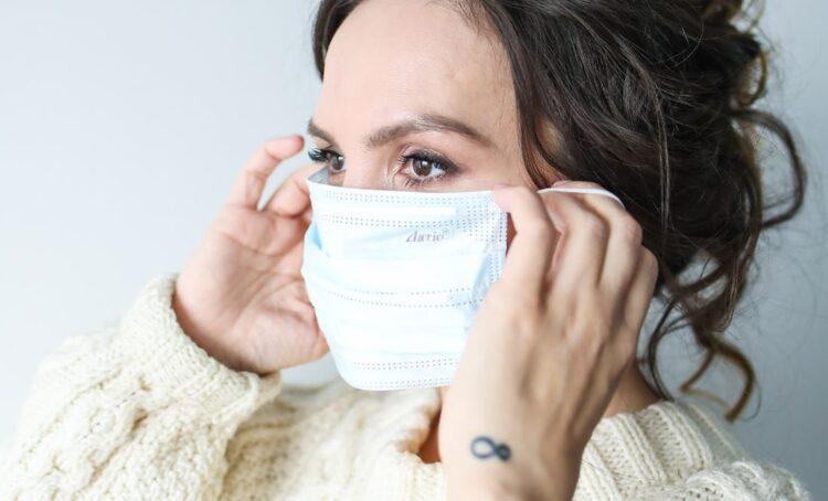 Doentes queixam-se de crises de enxaqueca e cefaleias devido à utilização de máscara durante muitas horas