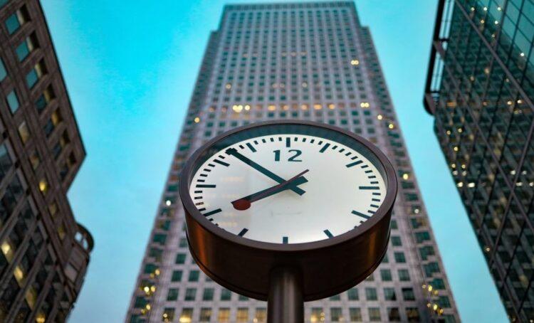 É o fim do horário das 9h às 18h e da semana de cinco dias?