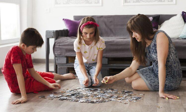 Fazer puzzles tem benefícios no desenvolvimento infantil, aponta psicóloga