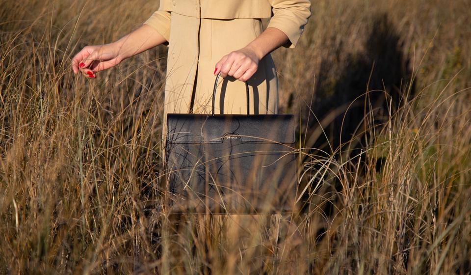 As malas são artesanais e com manutenção vitalícia. Na coleção de lançamento, a nova mala portuguesa apresenta cinco modelos inspirados no estilo de vida francês e de ícones como Françoise Hardy ou Emmanuelle Alt.