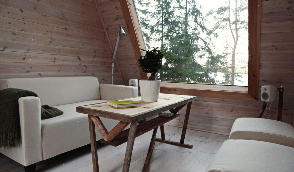 1. Sala Eco-natural - madeira sem qualquer tratamento, grande envidraçado a trazer a paisagem para o interior