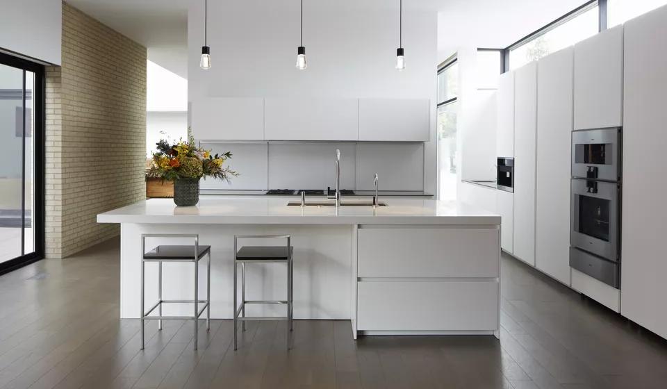 4. Cozinha Minimalista - apenas uma cor, linhas simples, apenas o essencial