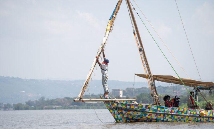 Flipflopi, o barco reciclado parte numa viagem de sensibilização sobre os danos que o plástico provoca aos ambientes marinhos