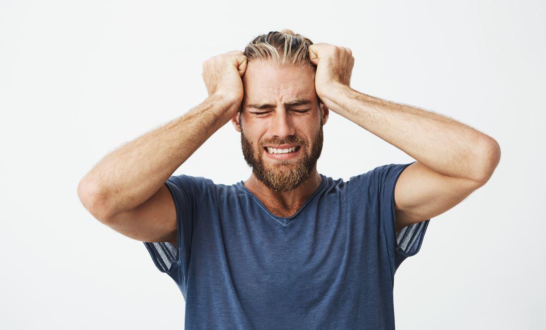 Homem com dor de cabeça e stress