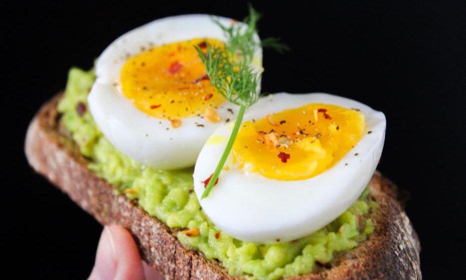 Há vários alimentos ricos em colesterol que estão entre os alimentos mais saudáveis e nutritivos do planeta. Por isso, não há que ter medo de os consumir. Veja a lista de sete alimentos ricos em colesterol e que são saudáveis e de confiança. Com a curadoria da plataforma de nutrição, 'Authority Nutrition'.
