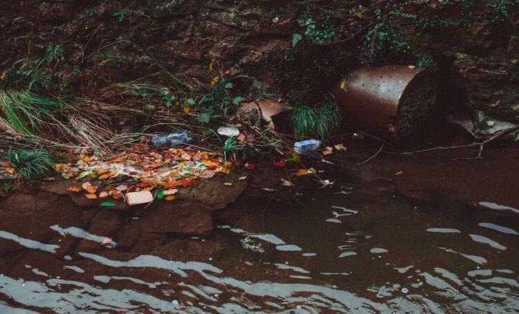 Colapso iminente de reservatório de águas poluídas ameaça baía na Flórida