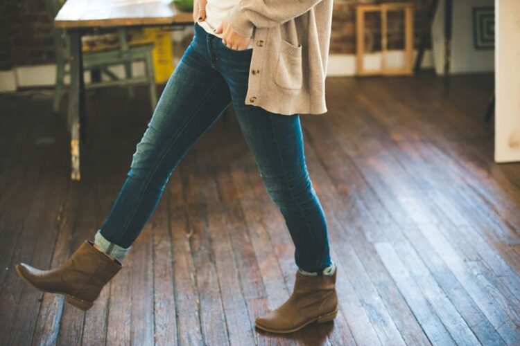 Calças de ganga para mulher em 2021: mom jeans vs skinny jeans
