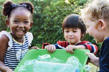 Crianças a reciclar garrafas