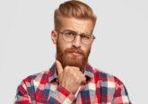 homem a mexer na barba