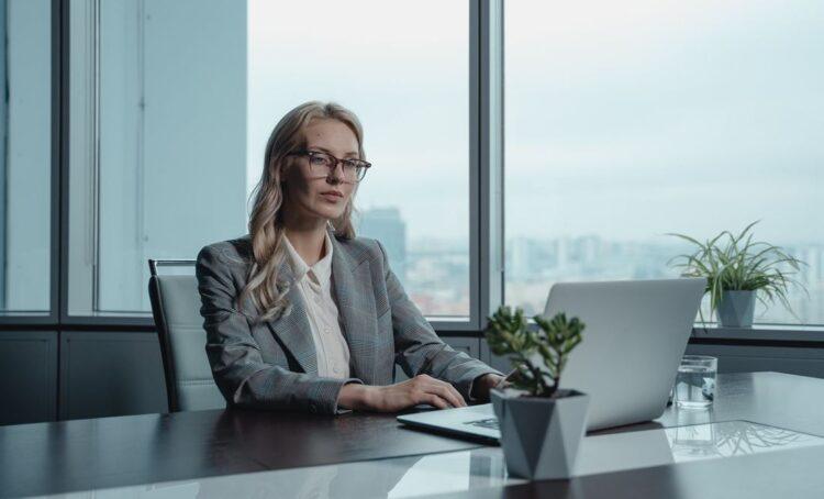 mulher no computador ceo