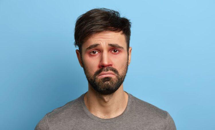 homem triste com olhos vermelhos
