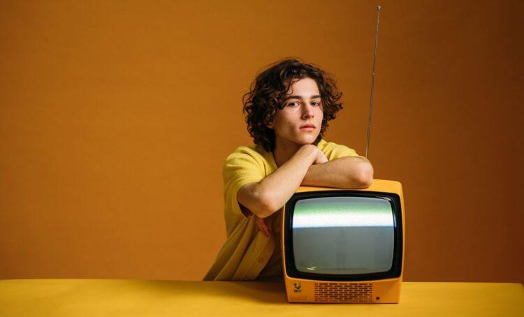 jovem e televisão antiga