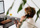 mulher a trabalhar com telemovel e computador